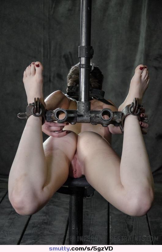 """Orgasmes forcés jusqu'a l""""evanouissement pour la petite salope attachée nue cuisses ouvertes a disposition de son maitre"""