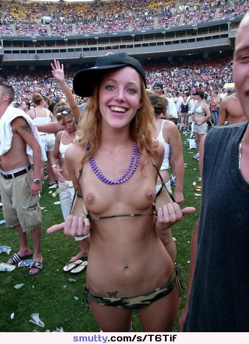 Amateur #flashing #public #outdoors #exhibitionist#smalltits ...